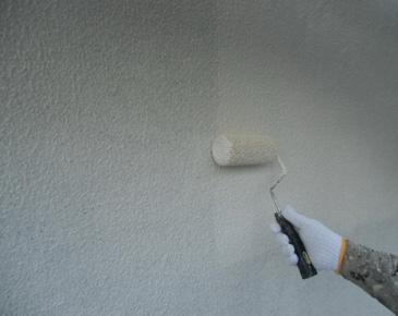外壁施工中:アクリルゴム系防水形複層塗材 1回目 ※砂骨ローラーを使用