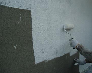 外壁施工中:アクリルゴム系防水形複層塗材 2回目 ※砂骨ローラーを使用