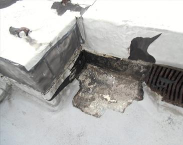防水施工前:防水層が剥離している