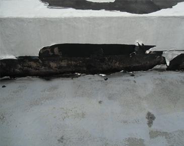 防水施工前:防水テープで処理しており所々剥離している
