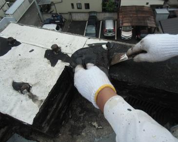 防水施工中:既存コールタール撤去