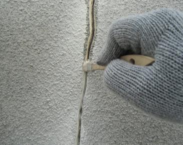 外壁施工中:クラックコーキング専用プライマー