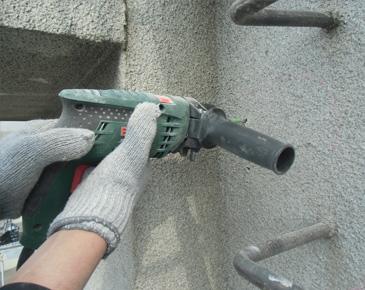 外壁施工中:モルタル浮き部分ドリル