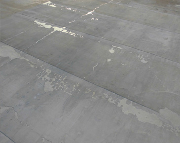 床施工中:既存ゴム質シート撤去