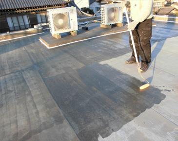 床施工中:防水専用プライマー塗布
