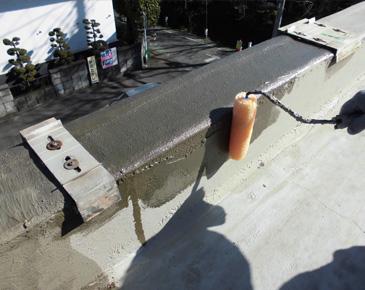 立ち上がり、付属部分・施工中:仮防水機能付カチオン塗布後に防水専用プライマーを塗布